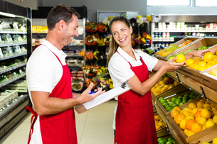 Grocery store staff with clipboardの写真素材 [FYI00009989]