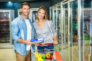 Happy couple buying frozen foodの写真素材 [FYI00010028]