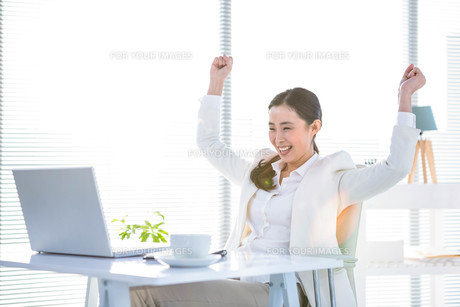 Businesswoman rejoicing with arms outstretchedの写真素材 [FYI00010032]