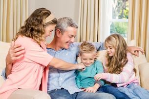 Happy family on the sofaの写真素材 [FYI00010036]
