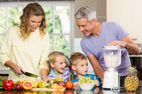 Happy family preparing healthy smoothieの写真素材 [FYI00010042]