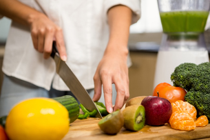 Close up of woman slicing vegetables for smoothieの素材 [FYI00010052]