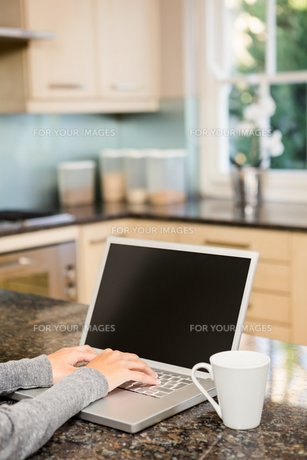 Close up of woman using laptopの素材 [FYI00010057]