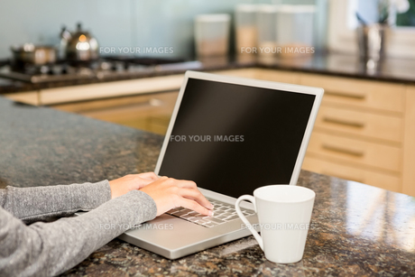 Close up of woman using laptopの素材 [FYI00010070]