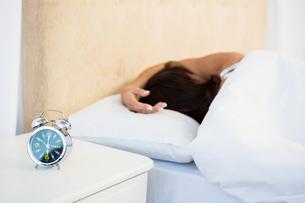 Sleepy woman in her bedの写真素材 [FYI00010082]