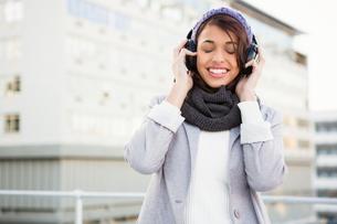 Happy woman listening to musicの素材 [FYI00010091]