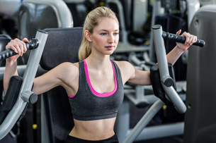 Fit woman using exercise machineの写真素材 [FYI00010096]