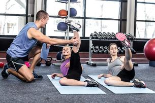 Fitness class doing exercises on matの写真素材 [FYI00010099]