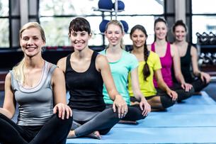 Fitness class doing yoga exercisesの写真素材 [FYI00010104]