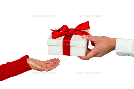 Cropped hand of man giving gift to womanの写真素材 [FYI00010105]