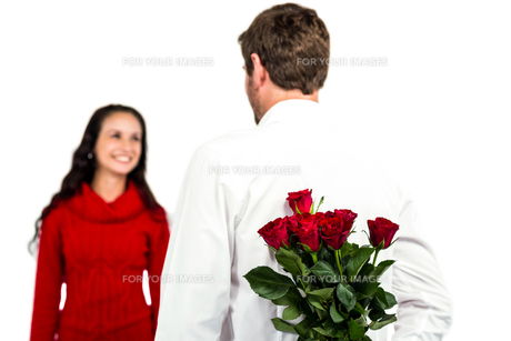 Man holding bouquet of roses with girlfriendの写真素材 [FYI00010108]