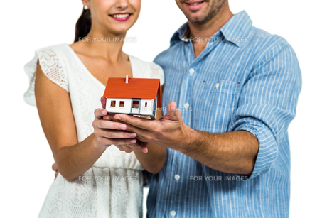Couple holding house modelの写真素材 [FYI00010139]