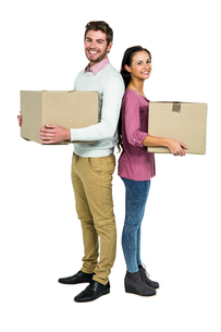 Smiling couple holding boxesの写真素材 [FYI00010143]
