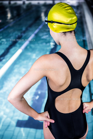 Swimmer woman stretching at edge of the swimming poolの写真素材 [FYI00010151]