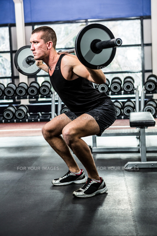 Muscular man exercising with barebellの写真素材 [FYI00010159]
