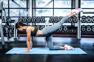 Fit woman doing fitness exercisesの写真素材 [FYI00010165]