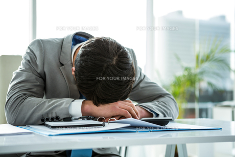 Businessman lying on his deskの素材 [FYI00010169]