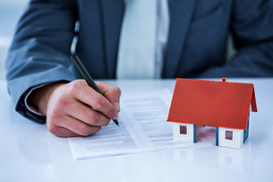 Businessman signing contract for new houseの写真素材 [FYI00010172]