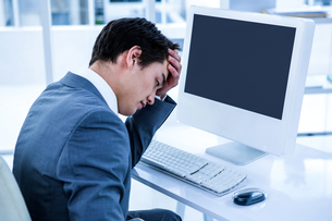 Tired businessman holding his headの写真素材 [FYI00010185]