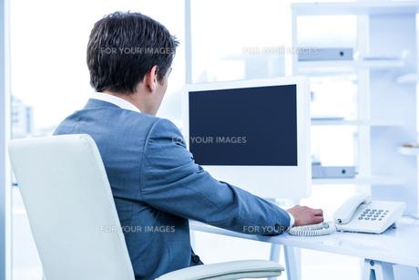 Businessman using his telephoneの写真素材 [FYI00010186]