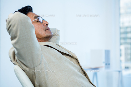 Smiling asian businessman stretchingの写真素材 [FYI00010191]
