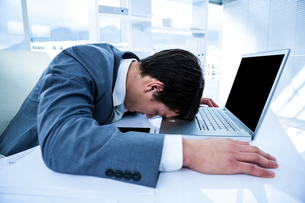 Businessman lying on his deskの素材 [FYI00010193]