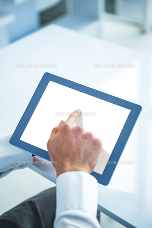 Man hand using tabletの素材 [FYI00010197]