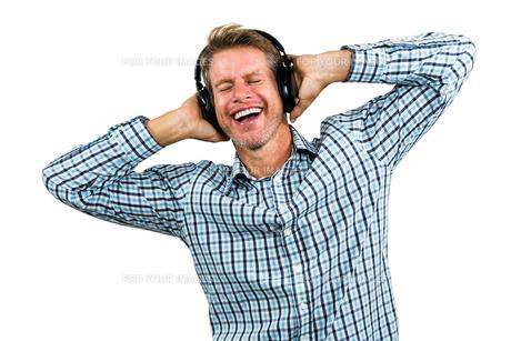 Portrait of happy man wearing headphonesの写真素材 [FYI00010200]