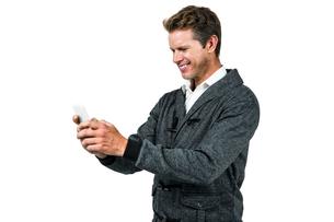 Happy man using mobile phoneの写真素材 [FYI00010203]