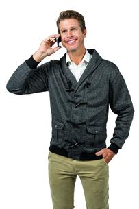 Happy handsome man talking on mobile phoneの写真素材 [FYI00010206]