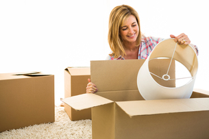 Woman opening a boxの写真素材 [FYI00010215]