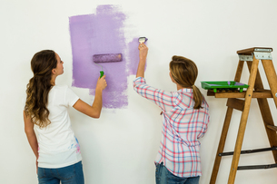 Mother and daughter paintingの写真素材 [FYI00010220]