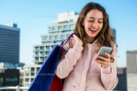 Young girl using her phoneの素材 [FYI00010236]
