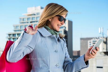 Woman using her phoneの素材 [FYI00010237]