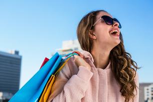 Young girl make shopping laughingの写真素材 [FYI00010241]
