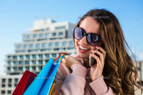 Young girl telephone during shoppingの写真素材 [FYI00010242]