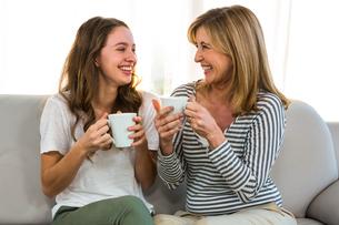 Mother and daughter drink teaの写真素材 [FYI00010246]
