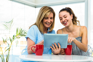 Mother and daughter watch tabletの写真素材 [FYI00010249]