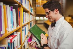 Portrait of nerd holding booksの写真素材 [FYI00010278]