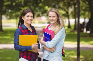 Smiling students holding binderの素材 [FYI00010334]