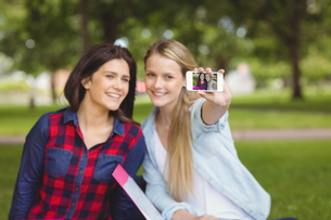 Smiling students taking a selfie outdoorの写真素材 [FYI00010339]