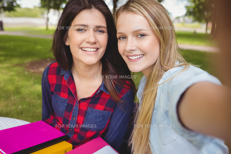 Smiling students studying outdoorの写真素材 [FYI00010342]