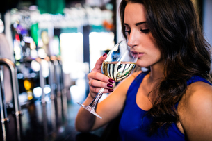 Attractive woman drinking wineの写真素材 [FYI00010353]