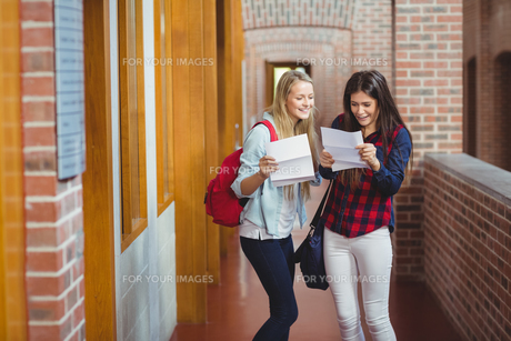 Smiling students looking at resultsの写真素材 [FYI00010356]