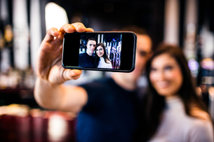 Couple taking a selfieの写真素材 [FYI00010363]