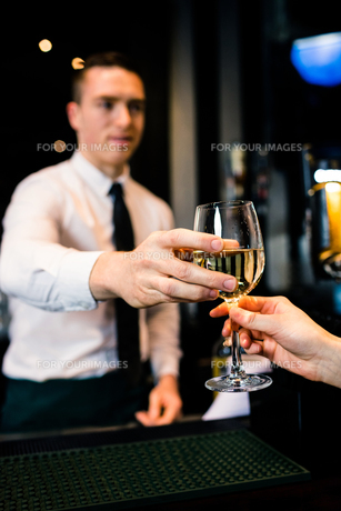 Barman giving a drink to customerの写真素材 [FYI00010366]