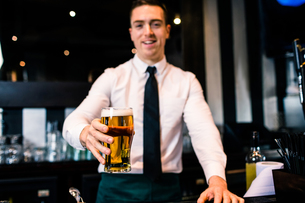 Barman serving a pint of beerの写真素材 [FYI00010367]