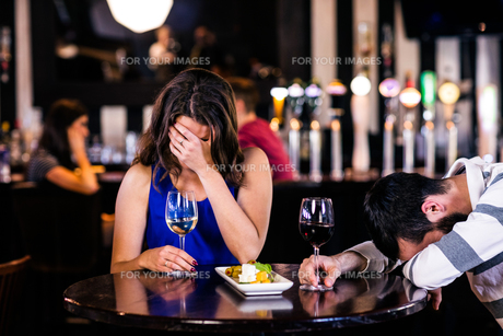 Couple laughing and having a drinkの写真素材 [FYI00010371]