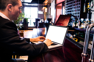 Businessman using laptopの写真素材 [FYI00010374]