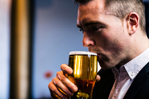 Businessman drinking beerの写真素材 [FYI00010378]